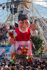 Nice Carnival 2014 (NykO18) Tags: people food france bird animal person duck nice europe crowd knife vegetable paca transportation carrot manmade vehicle ferriswheel spectators turnip nizza alpesmaritimes carnivalfloat carnavaldenice provencealpescôtedazur nicecarnival maïté placemasséna mariethérèseordonez maïtéfloat