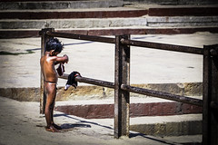 LearnerLife (Alexandre William) Tags: inde india canon 760d extérieur exterior child enfant lonely seul couleur color city nude nu fence barrière