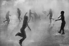 Fiesta en el agua (Moises Levy L) Tags: fuentes valle water kids party movement silhouttes blackwhite