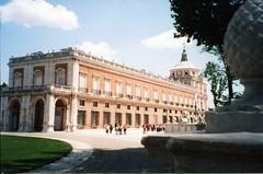Aranjuez, Palacio Real (rrodriguez16) Tags: rarb1950 analog fillm 35mm kodak kodacolor palacio real royal palace arquitectura achitecture jardines gardens aranjuez españa spain canon ae1 50mmf18sd fuente fountain