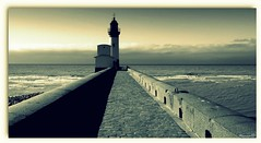 Au bout... (Nanouch@) Tags: paysage paisaje landscape phare port mer sea playa horizon extérieur noiretblanc blackandwhite faro headlight