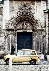 (amargureiro) Tags: oldtown vintage retro helios442 renault church yellow streetphotography street ciutat city urbá urban contrast urbana callejera door nikond80