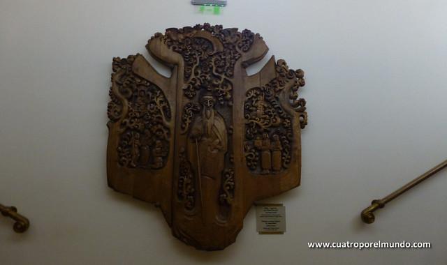 Talla de madera en las escaleras del museo