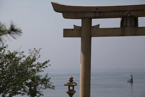 播磨灘を見つめる鳥居