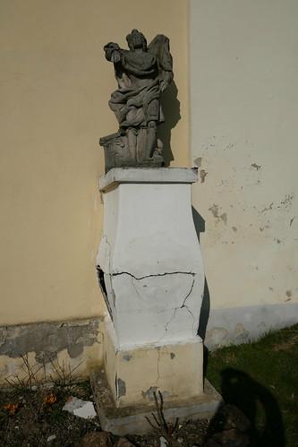 Figura św. Floriana przed kościołem św. Jana Nepomucena w Lutyni