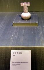 DSC_0484 (H Sinica) Tags: suzhoumuseum 蘇州博物館 suzhou 蘇州 南宋 官窯 貫耳瓶 museum sung songdynasty