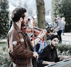 Straßenmusik (@ga) Tags: macro fujifilm see como italien strasenmusik piano klavier music violine
