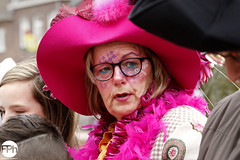 Pink Lady (Frankhuizen Photography) Tags: pink lady groeëte rogstaekers optocht weert netherlands 2017 street straat portret portrait candid roze paars vrouw woman fotografie photography carnaval carnival vastenavond vastelaovond