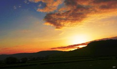 The Final Curtain in Gold (caren (Thanks for 1.5 Mio+ views)) Tags: machludhaul sunset sunsetinwales ceredigion westwales cymru sonnenentergang golden shadow contrast wales uk april frurhling spring printemps sun sonne hill hugel farmland coutryside weide grassland farming