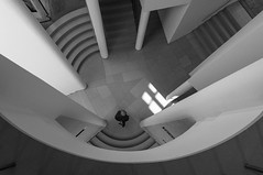 m_m_k (Karl-Heinz Bitter) Tags: architektur deutschland europa frankfurt mmk architecture europe germany hollein monochrome schwarzweiss blackwhite blackandwhite stairs treppen staircase mensch besucher visitor
