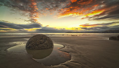 Moeraki Boulders Sunrise (flokasper) Tags: himmel nature natur travelphotography beautifullight landschaft weitwinkel festbrennweite 12mm zeisstouit zeiss emount sonynex7 sony wolken clouds sea meer stein stone sunrise sonnenaufgang neuseeland newzealand