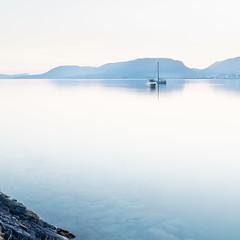 après le calme, le calme (prenzlauerberg) Tags: 2017 lac 1835 lake lacdeneuchâtel landscape paysage vadec montagne bleu eau bateau reflet reflexion calme zen neuchatel rochers cadbar cottendart marin nikon