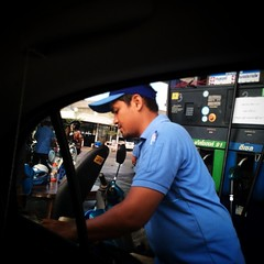 อยากเติมน้ำมันลิตรล่ะ 10 บาท จุงเบย คสช ช่วยหน่อยครับ ความสุขที่คุณเติมได้.. :)