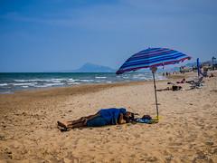 Siesta en la playa (Juakifoto) Tags: agua comunidadvalenciana costa españa mar miramar playa spain valencia beach coast sea water sombrilla siesta nap