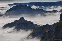 Sea of clouds - Pico do Arieiro, Madeira (Zaphod Beeblebrox 1970) Tags: bergwelt mountains berge berg madeira portugal picodoarieiro gipfel windrad summit island sky windmill 2017 clouds insel mountain