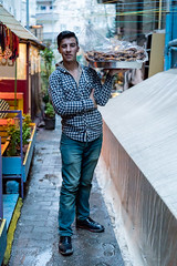 DSC07355.jpg (Reportages ici et ailleurs) Tags: sokak yannrenoult vendeurderue genç simitci bakur jeune turquie rue diyarbakir kurde amed turkey kurdistan