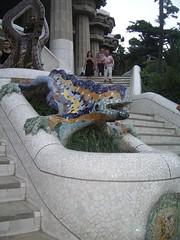 Dragón del Parque Güell por Antonio Gaudí (mafy_osa) Tags: parque colores escultura modernismo cerámica dragón vegetación paisajeurbano geografíaurbana