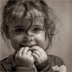 Stella (hyver31) Tags: portrait enfant mains mai2014