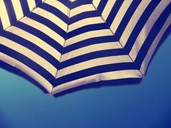 Détente (SAO 76155) Tags: vacances soleil parasol ciel bleu chaud sky umbrella blue hot summer holydays