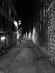Trento_161219_PC194136_1718 (Paolo Chiaromonte) Tags: olympus omdem5markii micro43 paolochiaromonte mzuikodigital17mm118 trento trentino italia italy bw biancoenero blackandwhite monochrome notturno nightshot nocturnes handheld alley travel