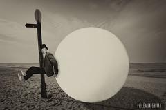 L'évasion (Philémon Shivar) Tags: évasion escape prisonnier prisoner plage sépia boule sérietv portrait fuite humour funny art contemporain artiste philémonshivar philémon photographe picture image fantastique surréaliste moderne