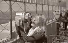 Laughs at 50 cents. (Carlos Arriero) Tags: newyork estadosunidos risas laughs chica girl blackandwhite blancoynegro bw bokeh dof empirestatebuilding nuevayork viajar travel urban street urbana calle gente people carlosarriero nikon d800e tamron 2470mm fotosíntesis prismáticos binoculars prettygirl prettywoman chicaguapa sonrisas smiles manhattan américa eeuu estadosunidosdeamérica unitedstateofamerica pelo hair rubia blonde noiretblanc