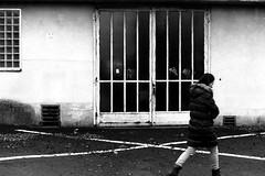 Run away (Nikon FE2) (stefankamert) Tags: stefankamert street woman analog film grain kodak trix nikon fe2 nikonfe2 slr voigtländer ultron bw baw bnw noir noiretblanc blackandwhite blackwhite schwarzweis tones