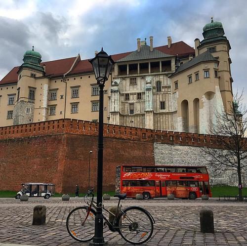 Seguimos descubriendo #Cracovia. Alucinados con la historia del Castillo #Wawel (y el tranquilo paseo que lo rodea).