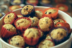 17/52, chocolate chip banana bread mini muffins! (Akire Andrade) Tags: baking gift farewell bananabread minimuffins