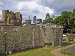 Tower of London (Gary Kinsman) Tags: tower castle skyline skyscraper construction 2006 medieval norman highrise gherkin 30stmaryaxe toweroflondon sthelens tower42 towerhill cityoflondon willisbuilding ec3