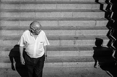 Qué harías si te tropezaras con la sombra de Peter Pan (Elena Máñez) Tags: bw blancoynegro blackwhite streetphotography fotografíacallejera