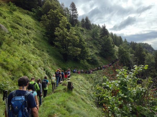Spettatori in cammino per raggiungere il luogo del concerto