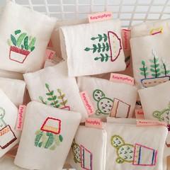 Sachês (Carol Grilo • FofysFactory®) Tags: bordado embroidery carolgrilo craft fofysfactory handmade feitoamao brasil plant planta sache sachet perfume