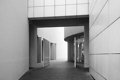 Richard Meier. MACBA #21 (Ximo Michavila) Tags: richardmeier macba ximomichavila architecture archdaily archiref archidose blackwhite graphic grey monochromatic lines barcelona cataluña spain city urban museum art modern building culture