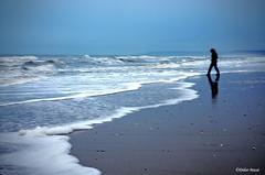 Seule sur la plage à la tombée de la nuit (didier95) Tags: cabourg normandie mer plage nuit scenedevie personnage vague paysage calvados