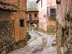 Albarracín I (alanchanflor) Tags: pueblo canon aragon españa albarracín spain tejados arco balcon puerta