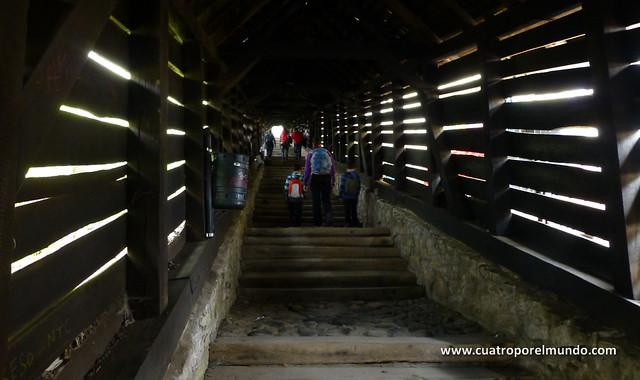 Escaleras porticadas para subir a la catedral evangelica