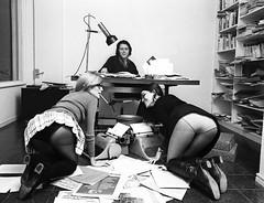 Jorge Herralde con sus secretarias Coral Maj+¦ y Anna Bohigas en el despacho de la editorial Anagrama, 1970. -® Colita.