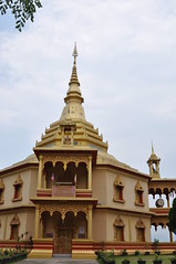 Phra That Khong Santi Chedi- delightful modern wat (oldandsolo) Tags: southeastasia buddhism lp laos wat buddhisttemple luangprabang chedi buddhistshrine laopdr unescoworldheritagecity buddhistreligion buddhistfaith phrathatkhongsantichedi