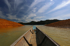 In the narrows (Robyn Hooz) Tags: river boat barca fiume paddle borneo colori iban remo headhunters batangai