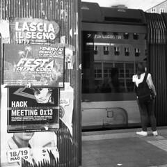 Lascia il segno (Valt3r Rav3ra - DEVOted!) Tags: rolleiflex medioformato analogico film 6x6 120 bw biancoenero blackandwhite ilforddelta400 valt3r valterravera visioniurbane urbanvisions streetphotography street persone people perstrada milano bicocca università university tram