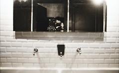 [il Maniaco dei Bagni] allo Spirit de Milan durante il Wunder Mrkt (Urca) Tags: nikonfe2201703160040 milano italia 2017 spiritdemilan ilmaniacodeibagni cesso self selfportrait nikonfe2 biancoenero blackandwhite bn bw u urca autoritratto wundermrkt