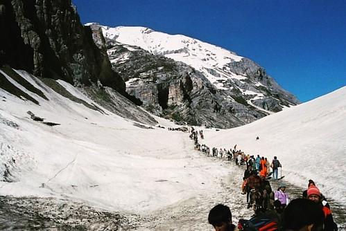 Pilgrims going through extreme weather to reach Amarnath Cave • • • #amarnathyatra #amarnath #pilgrimage #pilgrim #cave #snow #jammu #kashmir #baltal #yatra #quest #faith #people #āhlawat #india #canon #canonphotography #canonphoto #photography