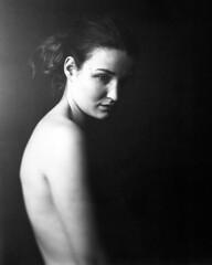 *** sur le bord de la lumière *** (Stefan Lux) Tags: portrait blackwhite studio hamburg largeformat sinar schneiderkreuznach symmars 240mm f2 fffotoschule studio3