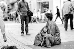 Rencontre - Isiliel, artiste de rue (DeGust) Tags: city portrait people blackandwhite bw musician music streets face switzerland blackwhite nikon europa europe suisse noiretblanc femme streetphotography nb lausanne streetartist stlaurent saintlaurent ville musique guitare noirblanc vaud musicien chanteuse romandie 85mmf14 guitariste artistederue nikond3s nikkorafs85mmf14g isiliel