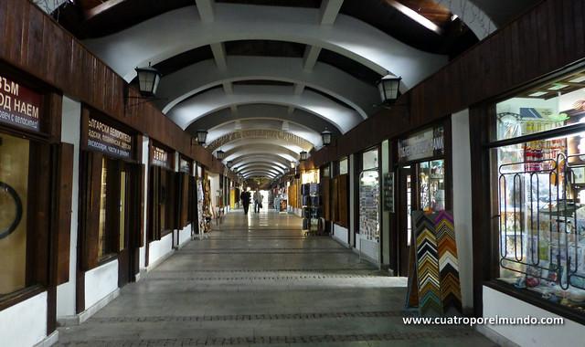 Interior del puente cubierto con sus tiendas de artesania
