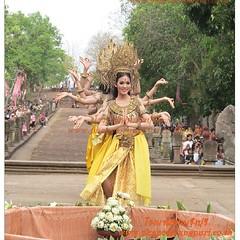 รำบวงสรวง ณ บริเวณดอกบัวแปดกลีบ อุทยานประวัติศาสตร์ปราสาทหินพนมรุ้ง อ.เฉลิมพระเกียรติ จ.บุรีรัมย์ จองที่พักติดต่อ โรงแรมพนมรุ้งปุรี http://www.phanomrungpuri.co.th โทร.044-632222