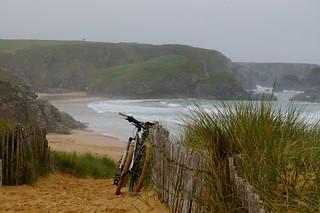 Le vélo sous la bruine de Donnant - ©Dorothee.photographies