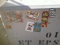 caixa de fora stickers (cassicobra) Tags: streetart sticker stickerart stickers adesivos vandalismo adesivo intervenourbana baronsamedi arteurbana ufpb tongpo artevagabunda cassicobra estticaterceiromundo bailedemscaras2099 rigormortisadesivo