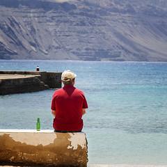 el mejor amigo del hombre... (Javier Diaz Luis AZUL) Tags: friends amigos cerveza paz playa descanso mejoramigo